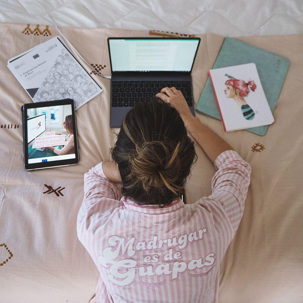 Mireia posando con el ordenador, trabajando en emprendimiento