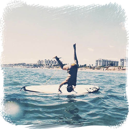 Mireia practicando surf adaptado