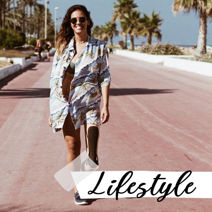 Mireia andando en la playa: lifestyle