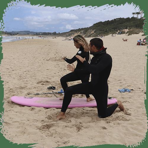 Eme Cabanyes y Ale en la arena viendo el movimiento de los brazos